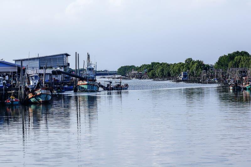 La comunidad de la pesca allí es muchos barcos de pesca imagenes de archivo