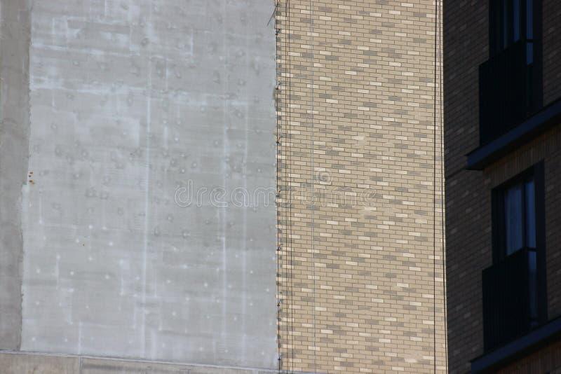 La conception de la maison, un mur en béton avec les briques brunes d'imitation construction moderne des immeubles et des bureaux photo stock