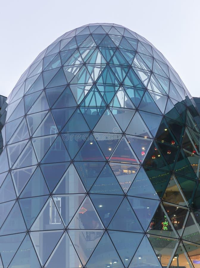 La conception du dôme en verre dans un des centres commerciaux photographie stock