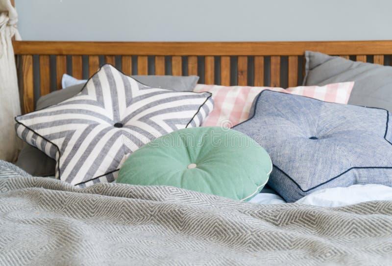 La conception intérieure de chambre à coucher élégante avec le noir a modelé des oreillers sur le lit et la lampe de table décora photo libre de droits