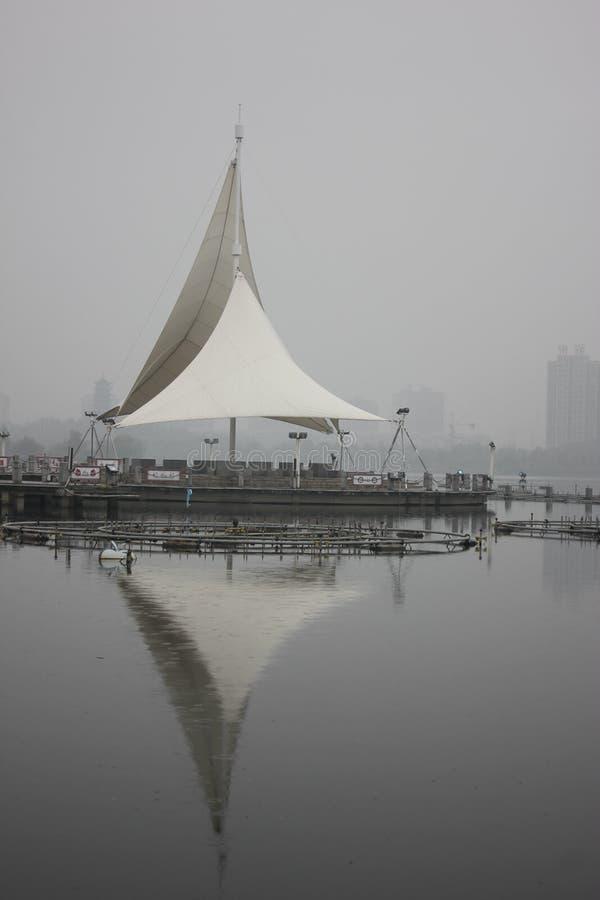 La concorrenza della struttura della vela nel giardino (Wuhu, Cina) immagini stock libere da diritti