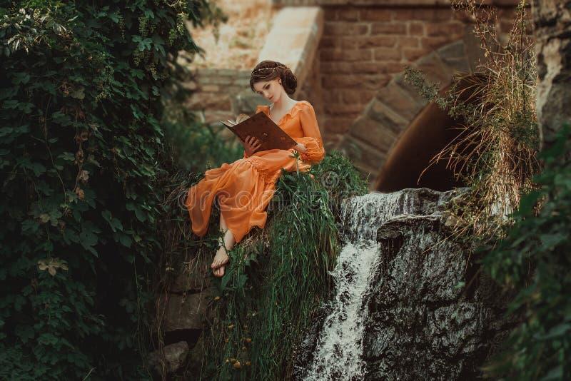 La condesa hermosa en un vestido anaranjado largo imagenes de archivo