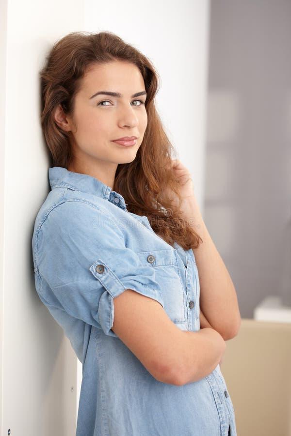 La condizione della giovane donna arma sorridere attraversato fotografie stock libere da diritti