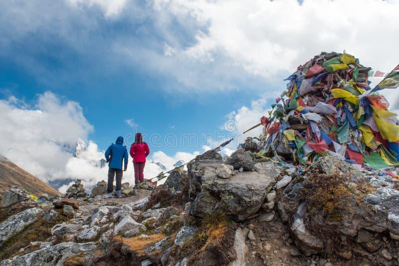 la condizione e lo sguardo del trekker delle coppie a Thukla passano sulla base di everest fotografie stock libere da diritti