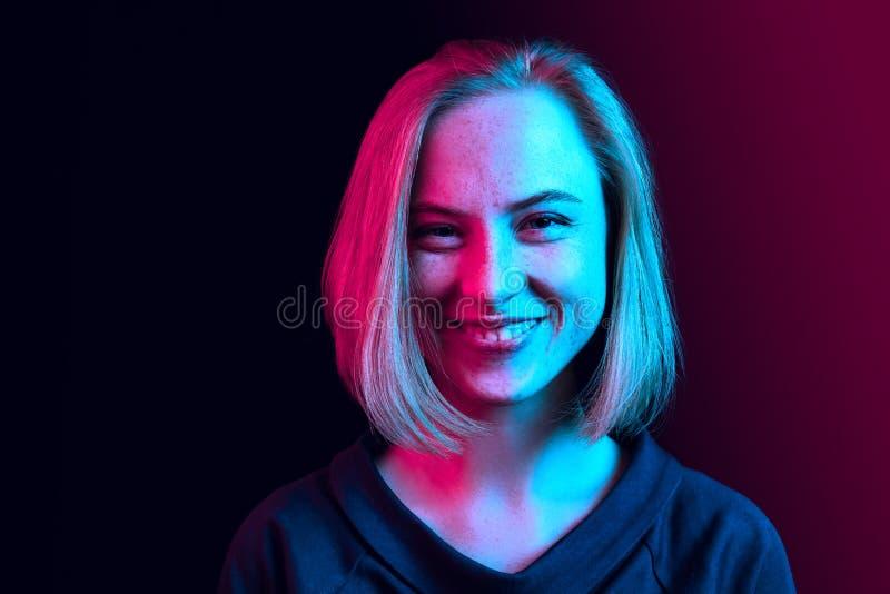 La condizione felice della donna di affari e sorridere contro il fondo al neon fotografia stock libera da diritti