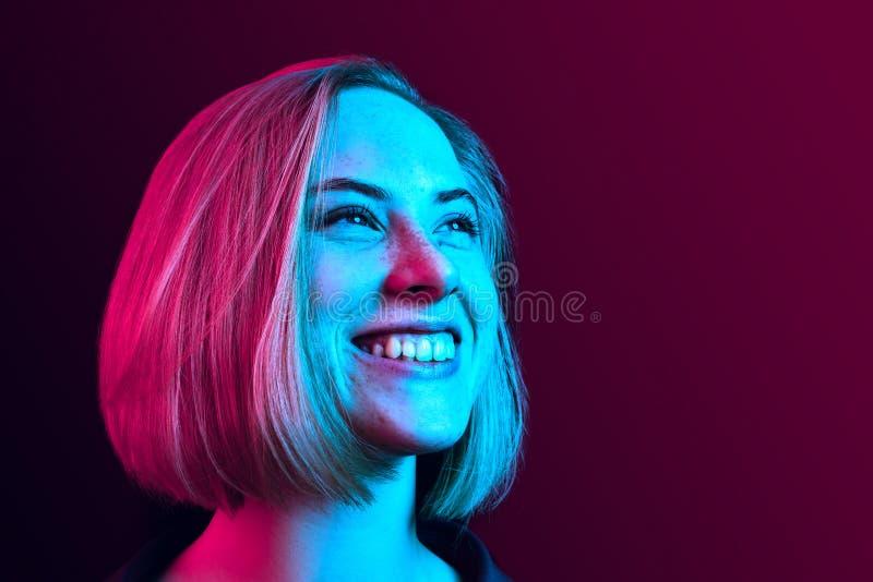 La condizione felice della donna di affari e sorridere contro il fondo al neon immagini stock libere da diritti