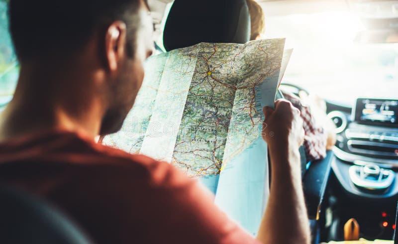 La conducción y el control turísticos del viajero en varón da el camino turístico de la manera de la cartografía, de la opinión y imagenes de archivo