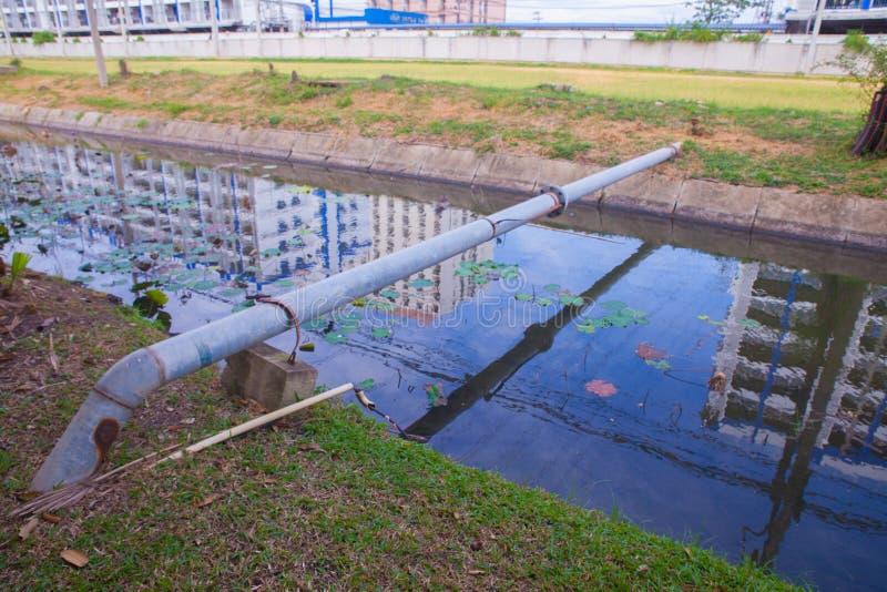 La conduite d'eau croisent plus de l'étang photographie stock