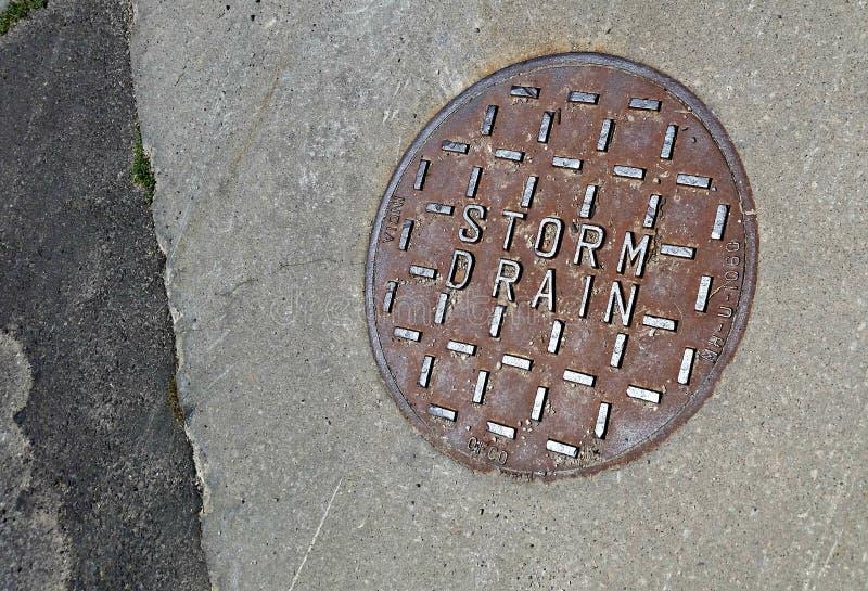 La conduite d'eau retirent l'eau de pollution du système d'égouts de ville photographie stock libre de droits
