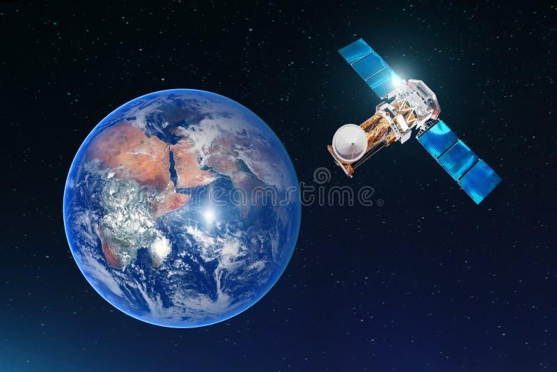 La conexión de la telecomunicación por satélite, transmite la radiocomunicación en la órbita geoestacionaria de la tierra Contra  fotos de archivo libres de regalías