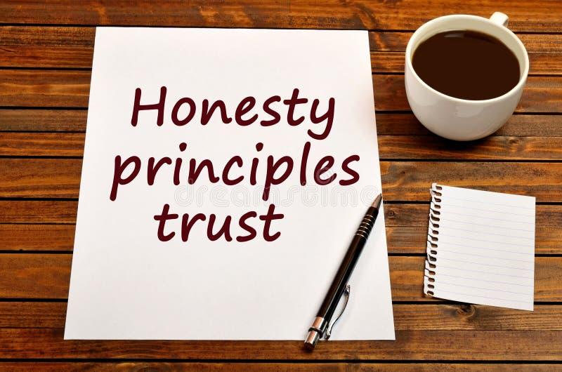 La confianza de los principios de la honradez de las palabras en el papel foto de archivo libre de regalías