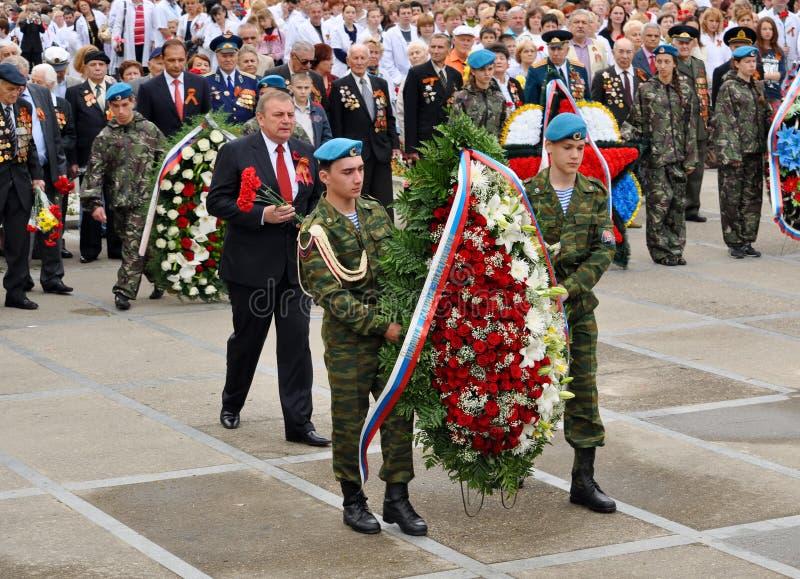 La configuration de citadins, de cadets et de vétérans fleurit chez Victory Monument images libres de droits