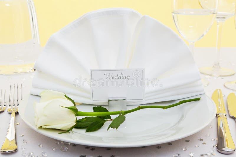 La configuration de place de mariage avec le blanc a monté images stock