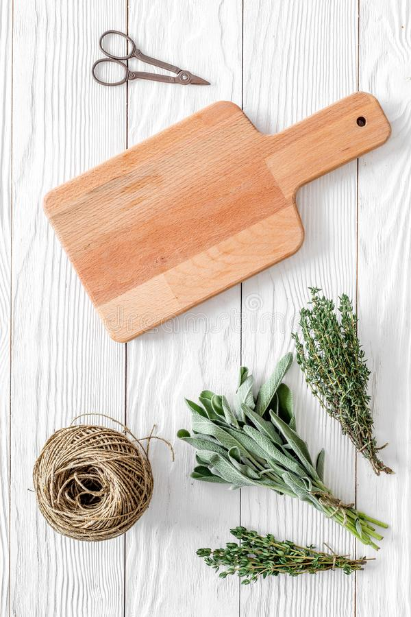 La configuration plate avec les herbes et la verdure fraîches pour sécher et faire des épices a placé sur la maquette en bois bla images libres de droits