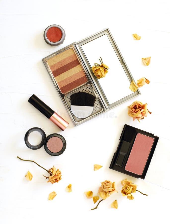 La configuration plate de beauté avec la femme composent des produits sur le fond blanc image stock