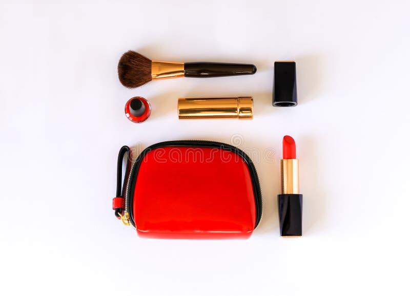 La configuration plate du cosmétique de beauté composent des produits dans la couleur rouge, noire et d'or knolled sur le fond bl image libre de droits