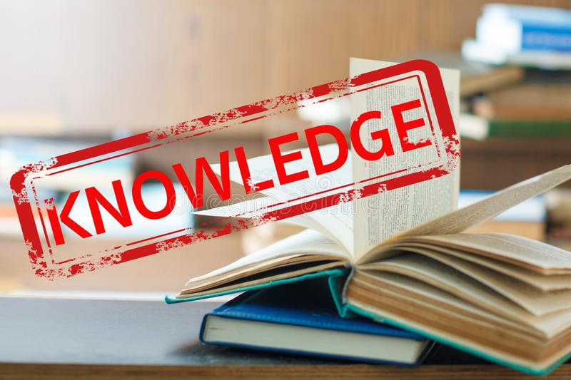 La connaissance de tampon en caoutchouc sur le livre images libres de droits