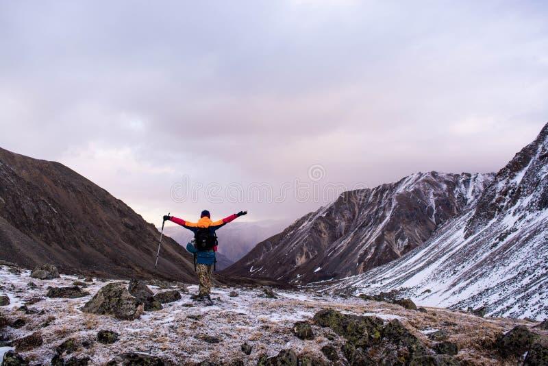 La conquista de los picos de montaña fotos de archivo