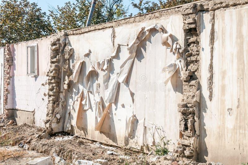 La conséquence reste des dommages de catastrophe d'ouragan ou de tremblement de terre sur la vieille maison ruinée avec le toit e photo stock