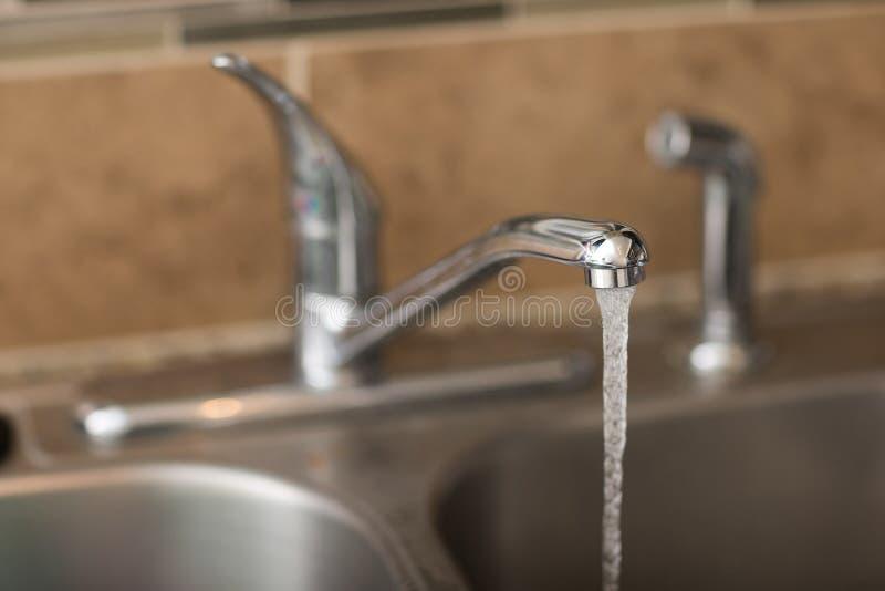 La conservazione dell'acqua comincia a casa fotografie stock libere da diritti