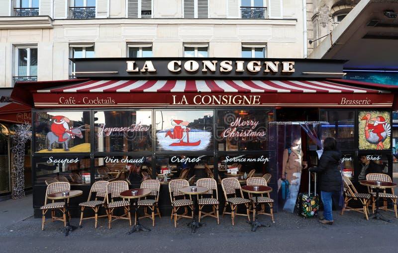 La Consigne是为圣诞节装饰的一个典型的巴黎人咖啡馆 它位于蒙巴纳斯大道巴黎,法国 免版税库存照片