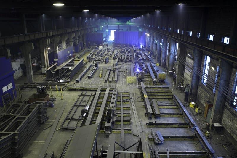 La construcción de acero de la producción emite en las estructuras del metal de la planta, p fotos de archivo