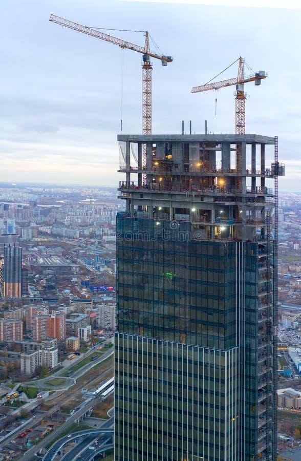 La construcción de un rascacielos moderno Grúa en el construc fotos de archivo