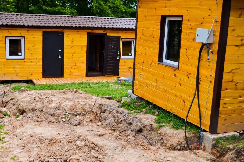 La construcción del pequeño bastidor de madera amarillo prefabricó la eco-casa prefabricada de las construcciones de viviendas de imagenes de archivo
