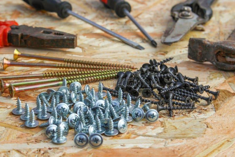 La construcción equipa los alicates, martillo, esquileos, destornillador, ommerce, tornillos fotos de archivo libres de regalías