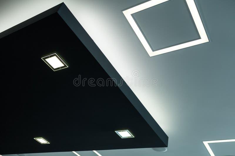 La construcción geométrica del celling maden con la mampostería seca y usar la luz económica moderna del LED imagenes de archivo