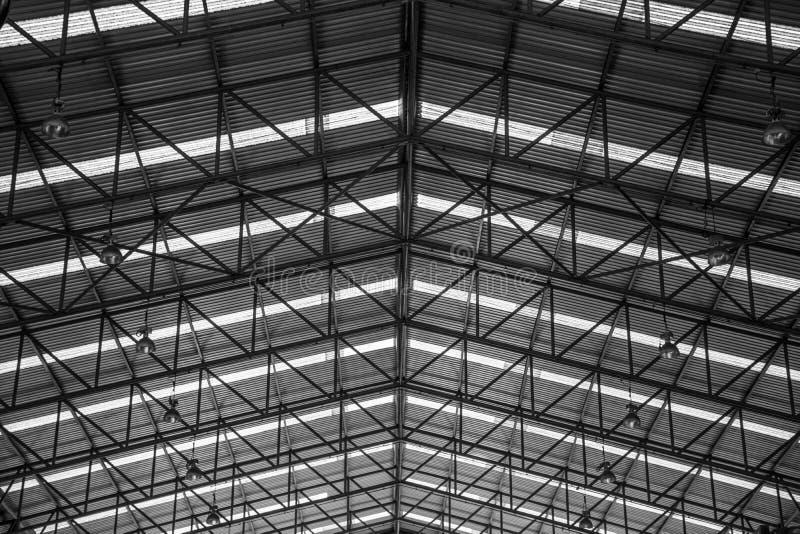 La construcción metálica de las estructuras de acero cubre el taller en fábrica imagen de archivo libre de regalías