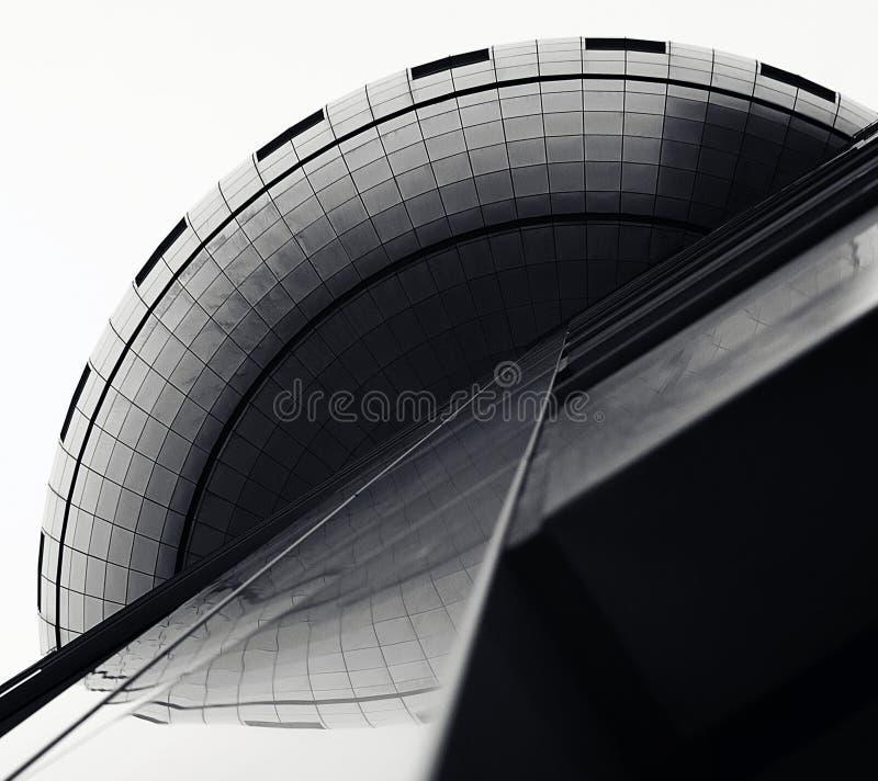 La construction accentue ses surfaces variables, lignes géométriques et courbes image libre de droits