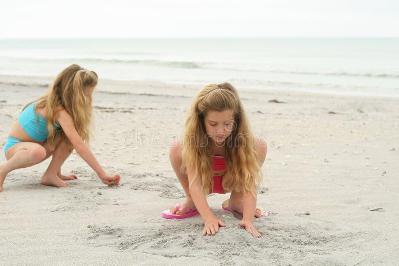 la construction badine des pâtés de sable jeunes photos stock
