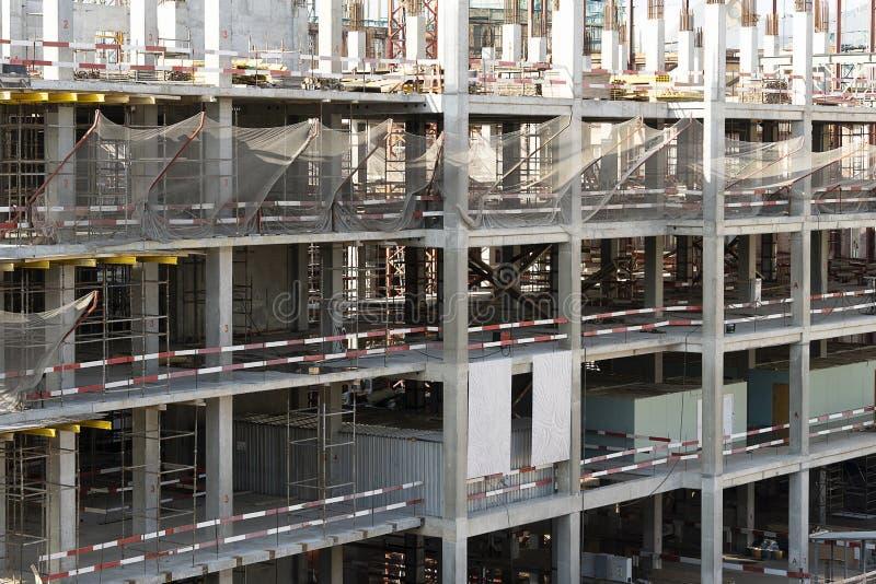 La construction d'un bâtiment sur plusieurs étages. Construction d'échafaudages en fer sur plusieurs étages. Poteaux en béton photo stock