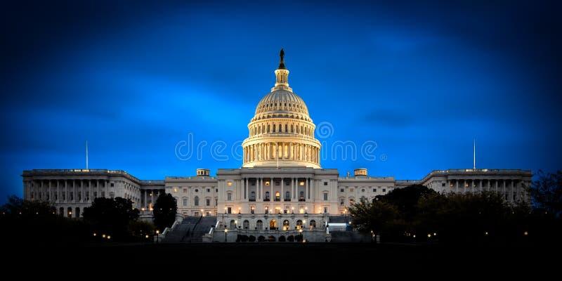 La construction de capitol des USA la nuit image libre de droits