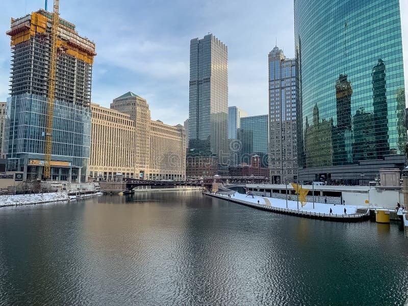 La construction de Chicago chez Wolf Point est reflétée sur le gratte-ciel voisin images libres de droits
