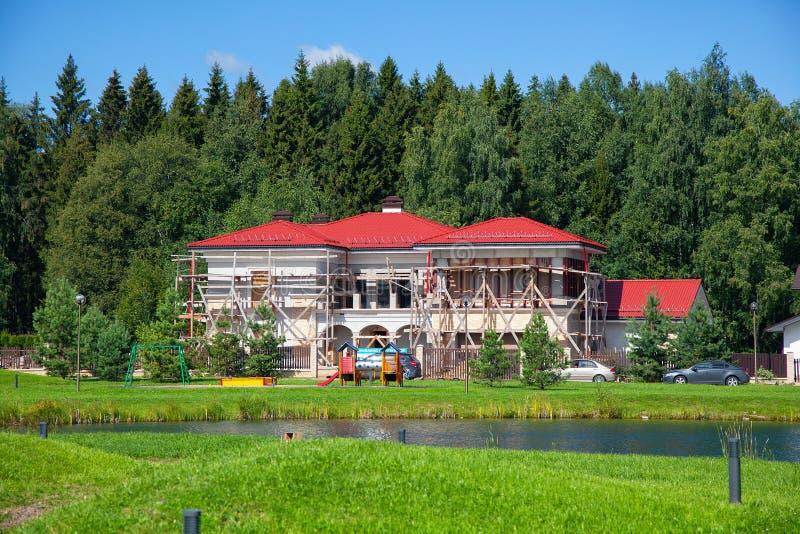 La construction de la maison de campagne d'élite près de la forêt, dans un endroit propre image libre de droits
