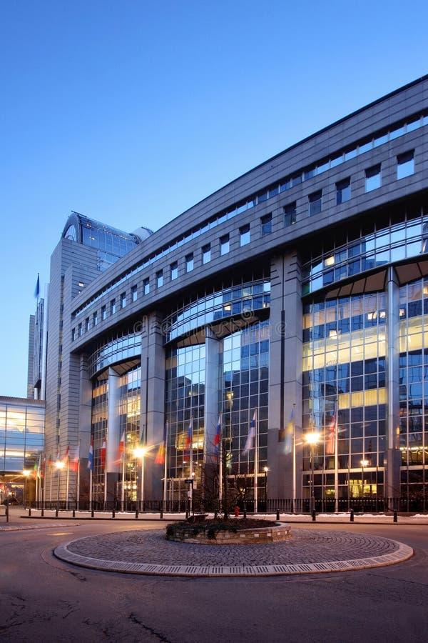 La construction du Parlement européen à Bruxelles (Bruxelles), Belgique, par nuit photo stock