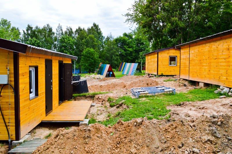 La construction du petit cadre en bois jaune a préfabriqué l'eco-maison préfabriquée des maisons à croissance rapide modulaires s photographie stock libre de droits