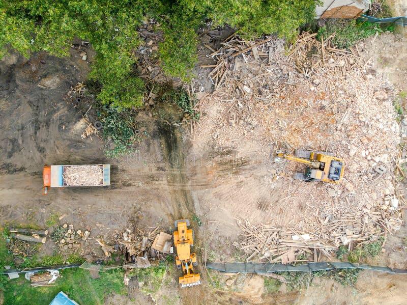 La construction lourde usine dégager la pile des débris du destr images libres de droits