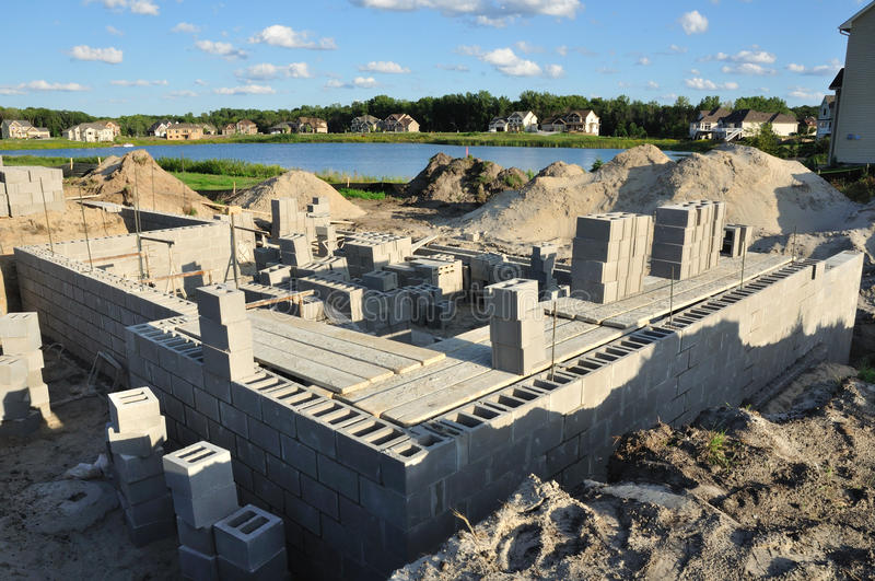 La construction neuve, base mure les blocs concrets photos stock