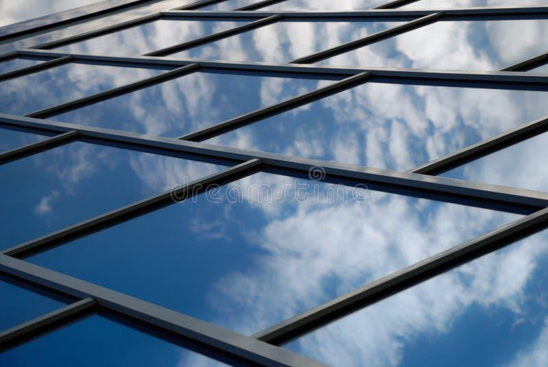 La construction reflète le ciel images stock