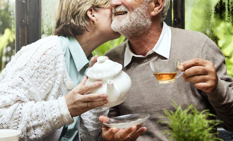 La consumición mayor del té de tarde de los pares relaja concepto fotografía de archivo libre de regalías