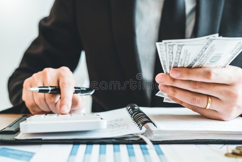 La contabilidad del hombre de negocios que calcula el presupuesto económico costado que pone fila y la moneda escriben concepto d fotos de archivo libres de regalías