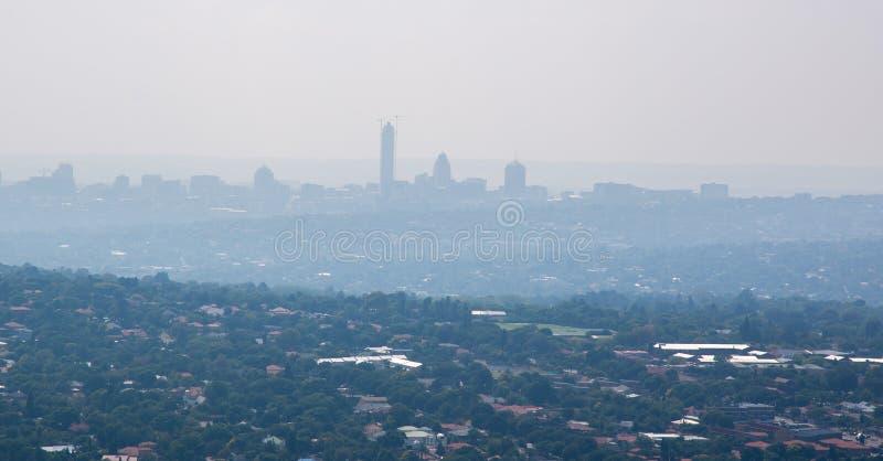 La contaminación atmosférica severa cubre Johannesburgo céntrico, Suráfrica imagen de archivo
