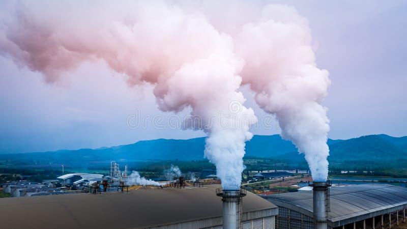 La contaminación en la ciudad, chimeneas de la fábrica del tubo de la chimenea de la central eléctrica del combustible emite la c imagenes de archivo