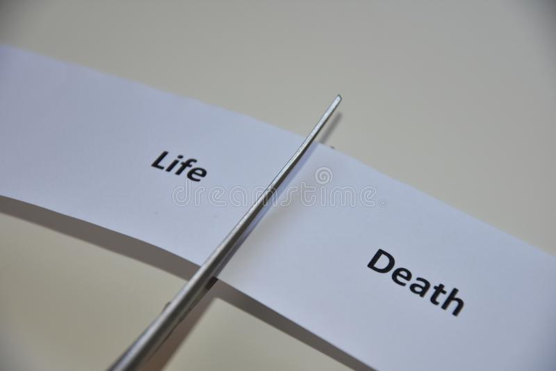 La contradiction entre deux décisions : Vie ou mort photos stock