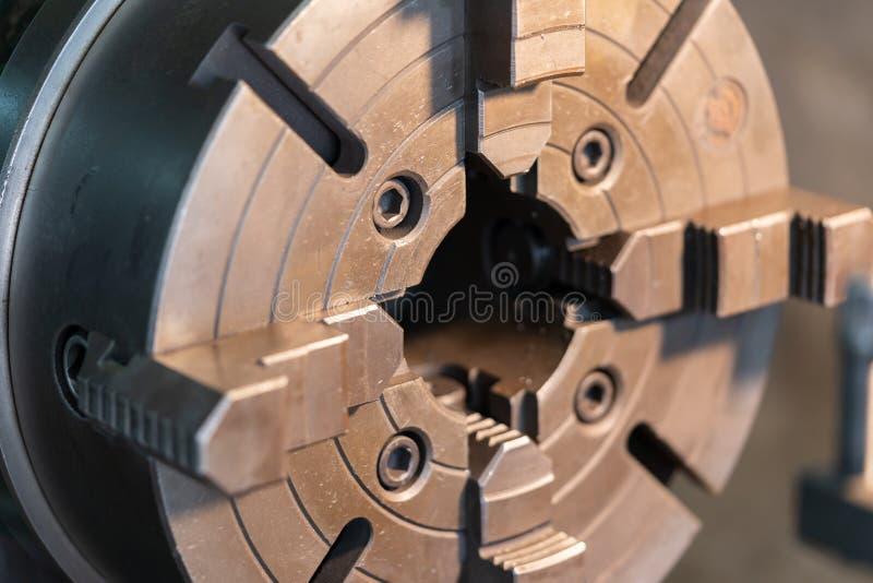 La contropunta di un tornio del lavoro del metallo - colpo alto vicino Parte automobilistica di alta precisione di tornitura dal  fotografia stock