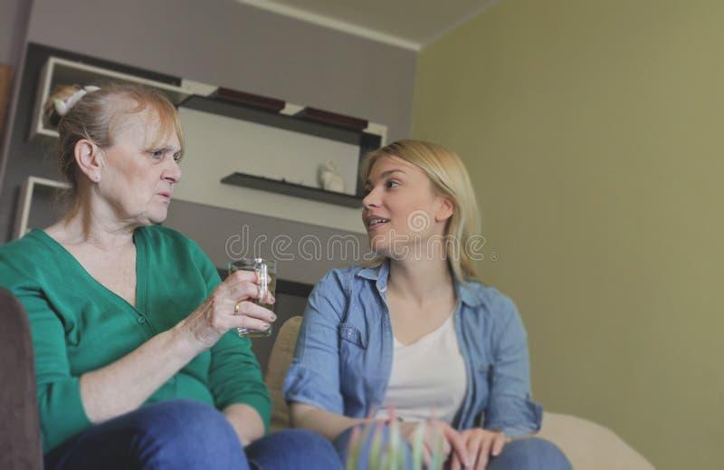 La conversazione della famiglia è sempre buona immagine stock