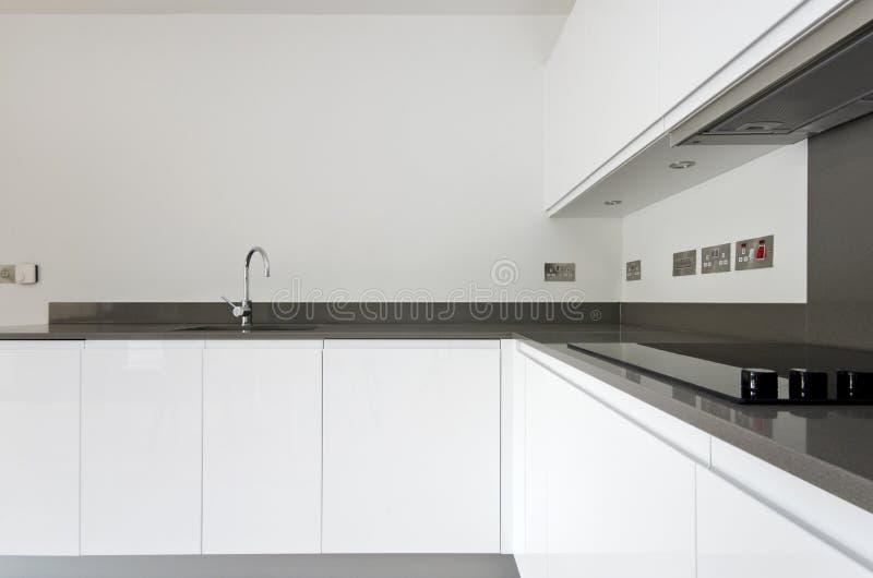 La coordonnée du contemporain a entièrement adapté la cuisine dans le blanc images stock